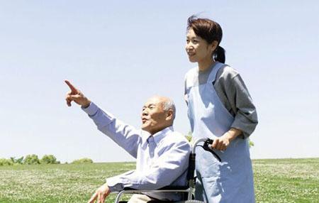 日本看护陪老人散步